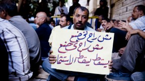 Tanta Flax strikers demonstrate in front of Ministerial Cabinet HQ